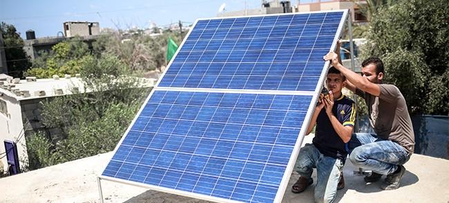 تركيب أنظمة إنارة شاحنة تعمل بالطاقة الشمسية للعائلات المستورة في قطاع غزة